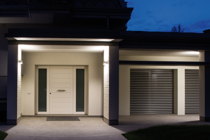 Illuminazione esterna villa classica tracciare percorsi